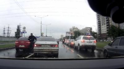 Road Rage : Un Russe qui cherche la bagarre va être rapidement servi