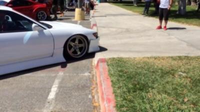 Fail : Passer un petit trottoir avec une voiture tuning rabaissée