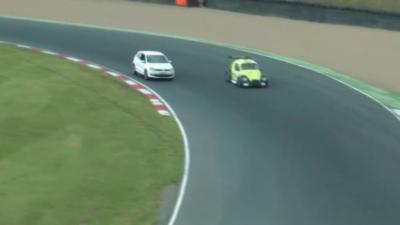 Il s'incruste sur un circuit pendant une course avec la voiture de sa copine