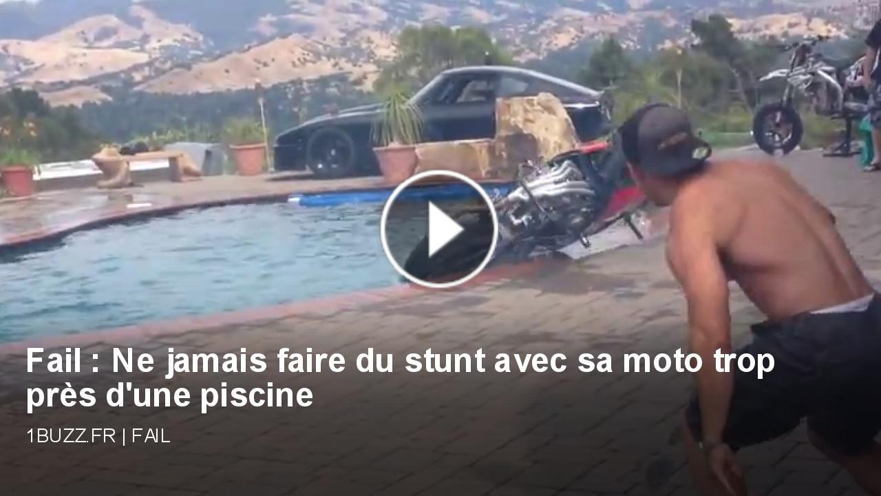 fail ne jamais faire du stunt avec sa moto trop prs d 39 une piscine. Black Bedroom Furniture Sets. Home Design Ideas