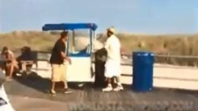 Un vendeur de hot-dog met KO un client mécontent