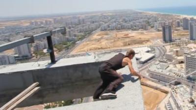 Un freerunner rate un backflip perché à 150 mètres de haut sur le toit d'un immeuble en construction