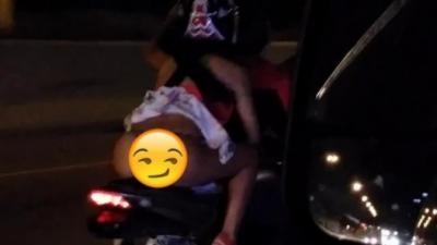 Cette jeune femme à la très mauvaise idée de faire de la moto en jupe