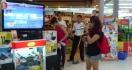 Une fille étonne tout le monde pendant un karaoké dans un supermarché