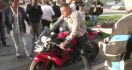 Régis essaie de faire un burn en moto
