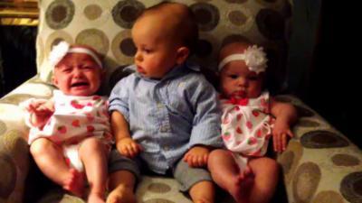 Quand un bébé rencontre des jumelles pour la première fois