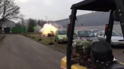 Bourrer une voiture de feux d'artifice pour fêter la nouvelle année