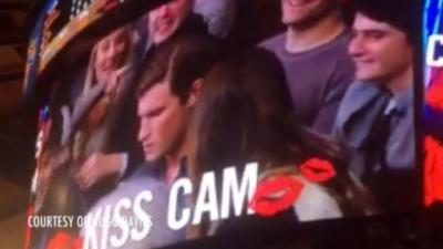 Elle embrase un inconnu pendant la Kiss Cam parce que son copain est sur son téléphone