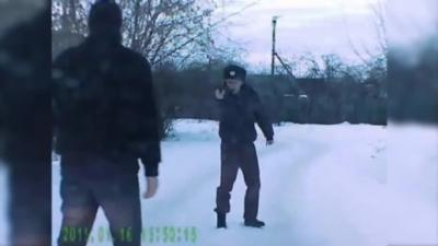 Un policier Russe ivre s'embrouille avec un automobiliste et sort son arme