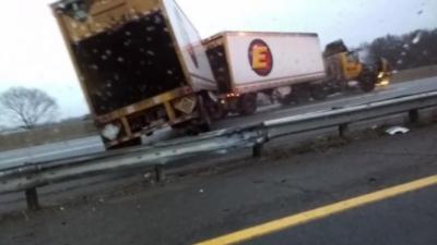 Un camion évite de justesse une voiture mais traverse la glissière de sécurité