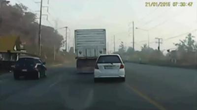Un chauffard va avoir la chance de sa vie après avoir doublé un camion par la droite