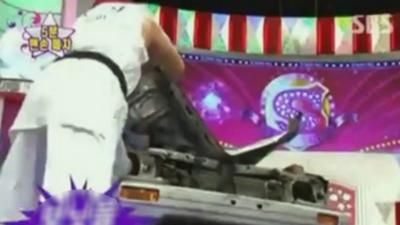 Un homme défonce entièrement une voiture à grand coups de poing
