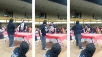 Un méchant KO en une seule claque lors d'un concours de claques
