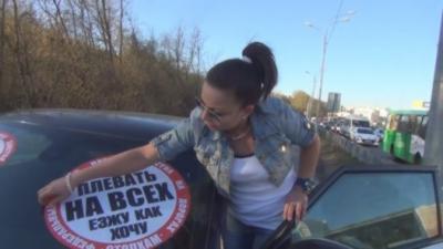 Des russes collent des stickers sur les voitures qui ne roulent pas sur la route et qui gênent les piétons