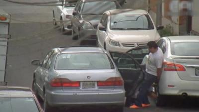 Des voleurs cramés par des agents de sécurité en train de piquer une roue sur une voiture