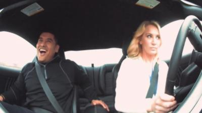 Des hommes piégés en voiture par une jolie blonde pendant un speed dating