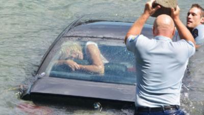 Une femme de 60 ans sauvée au dernier moment de sa voiture en train de couler