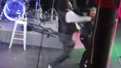 Un guitariste met KO une femme qui le rejoint sur scène pendant son solo de guitare