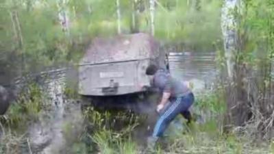 Quand un Russe décide de laver son 4x4 dans un étang parce que c'est plus rapide