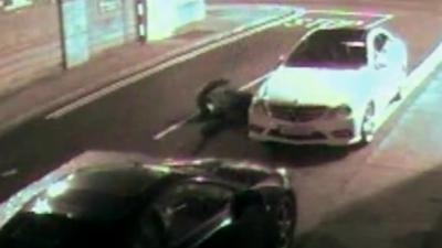 Un voleur se met KO en essayant de casser une vitre de voiture avec une brique