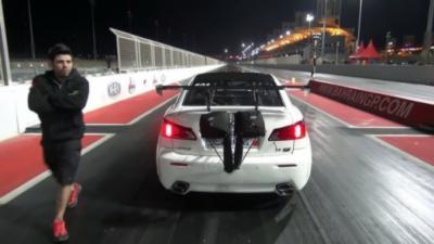 Une Lexus ISF s'envole dans les airs pendant une course de dragster