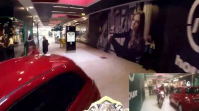 Un motard rentre avec sa moto dans un centre commercial pour s'amuser