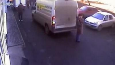 Une femme se fait renverser par un camion mais échappe de peu au pire