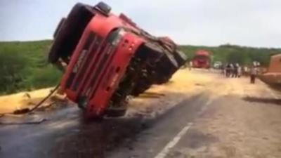 Ils ont voulu aider un camion mais la situation va s'empirer