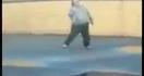 Un homme obèse jongle comme un dieu avec son ballon