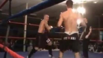 Un boxeur se met KO tout seul pendant un combat