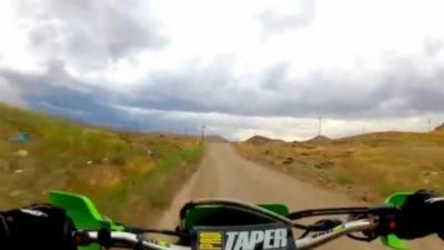 Un motard s'explose en motocross contre un poteau électrique