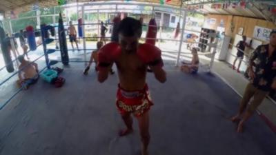 Comment ça fait de se battre avec un champion de Muay-Thaï ?