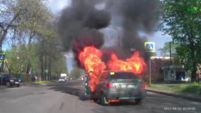 Allumer une cigarette à côté d'une bouteille de gaz dans une voiture est une très mauvaise idée