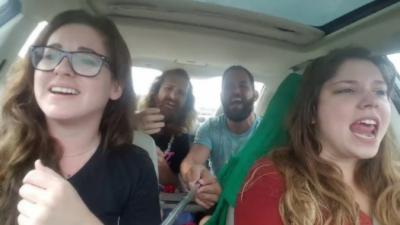 Ils se filment en train de chanter et ont un accident de voiture en direct