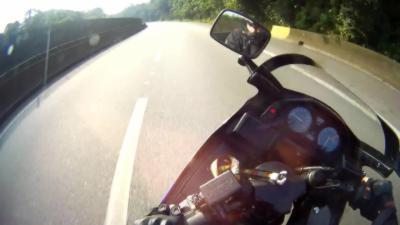 La roue d'un motard se bloque alors qu'il roule à plus de 200km/h