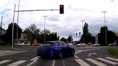 Une Audi RS6 passe au feu rouge et percute un tramway