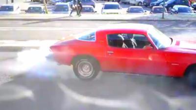 Il fait un gros burn avec sa voiture pour impressionner mais perd très vite le contrôle