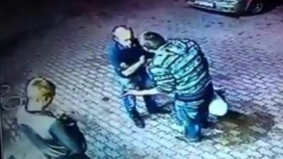 Un vieux, ancien boxeur met KO deux hommes qui cherchent l'embrouille