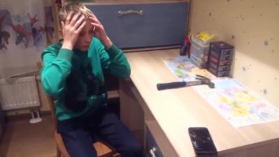 Quand un enfant russe tape au marteau sur son téléphone pour montrer qu'il est résistant