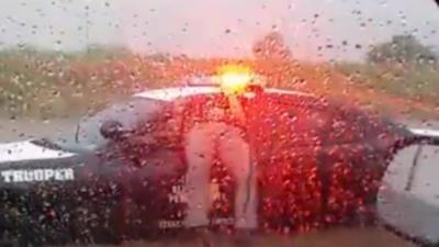 Un policier en grosse galère, coincé dans sa voiture