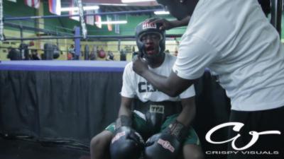 Il joue au dur à l'école, son père l'envoie sur le ring contre des boxeurs pro pour lui donner une leçon
