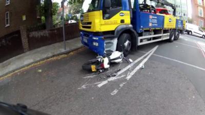 Un camion détruit complètement une Ducati Monster en roulant dessus
