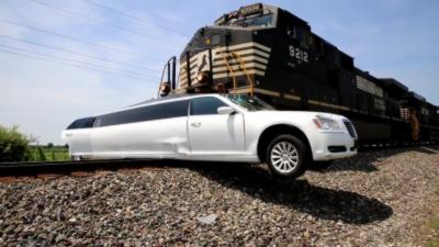 Une limousine bloquée sur un passage à niveau se fait percuter par un train de marchandise
