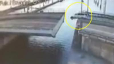 Un automobiliste roule sur un pont qui n'est pas encore fermé