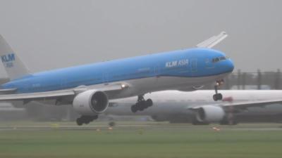 Un pilote fait atterrir son avion avec des vents de 125km/h