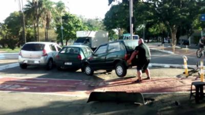 Il soulève une voiture à mains nues qui gêne la piste cyclable
