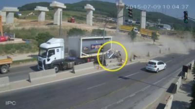 Un camion pulvérise une voiture contre un énorme bloc de béton