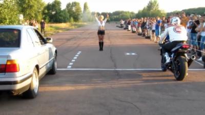 Quand un motard foire complètement son départ face à une BMW E34