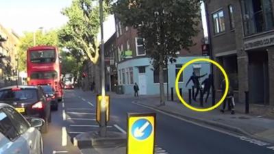 Quand un voleur de hoverboard se prend un méchant stop par un passant