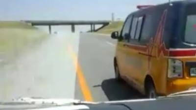 Deux ambulances font la course pour arriver en premier sur les lieux d'un accident